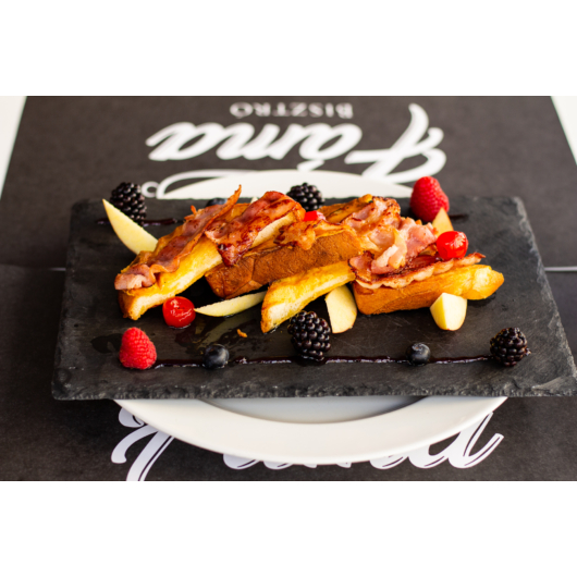 French toast juharsziruppal, sült bacon-nel és gyümölccsel