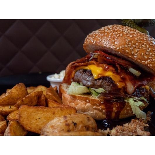 BBQ burger steakburgonyával és coleslaw salátával