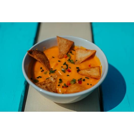 Jalapenos cheddarsajt krémleves, tortilla chippssel